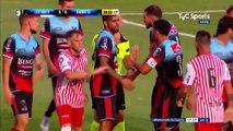 Argentine :  tackle un peu appuyé lors d'un match de football