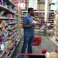 Une blague bien drole mais risquée au supermarché