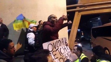 Des algériens bloquent le passage du bus de l'EN
