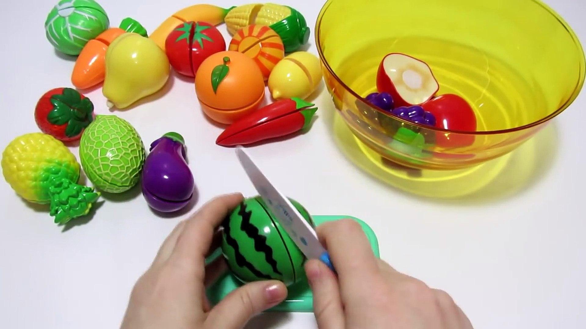 Играем и учим овощи и фрукты на липучках, учим цвета на английском языке.