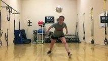 Elle éclate un miroir en jouant au foot dans la salle de muscu