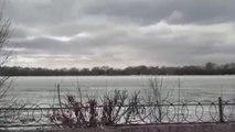 Voilà comment ils brisent la glace des rivières en russie... Et qu'ils cassent tout!