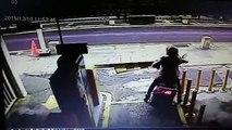 Ce gars en scooter va etre bien puni alors qu'il essaie de ne pas payer le parking