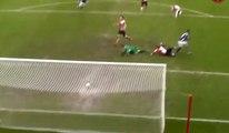 Un défenseur aurait pu sauver un but grâce à une flaque d'eau mais il a commis une grosse erreur !
