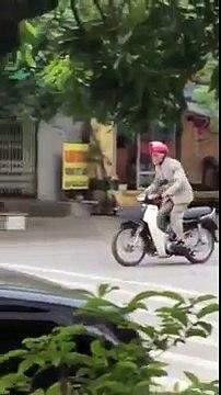 """Ông già lái xe máy chạy quanh phố lại tiếp tục """"trình diễn"""" nhún nhảy"""