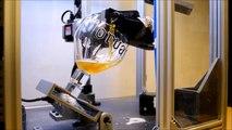 Ce robot sert la bière à la perfection - Invention d'étudiants belges évidemment