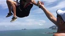 Brésil : Un parapentiste prend une bière dans les airs !