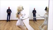 Une poupée-robot danse de manière sexy