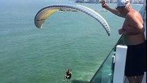 Un parapentiste attrape une bière depuis un balcon (Brésil)