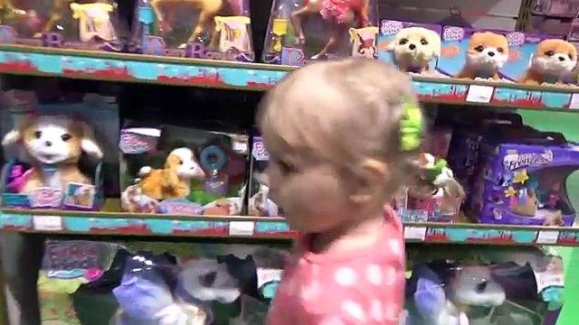 Алиса покупает игрушки в магазине Хамлис Alice buys toys at the store Hamleys