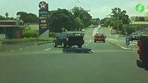 Ce corbillard a perdu quelque chose d'important au milieu de la route... Oups