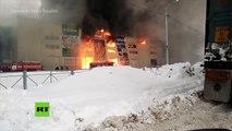 Un virulento incendio casi devora por completo un almacén cerca de Moscú