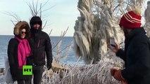 Exposición de arte natural: Aparecen esculturas de hielo a orillas de lago Míchigan