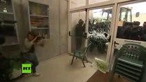 Momento en el que la Guardia Civil rompe el cristal del centro de votación de Carles Puigdemont
