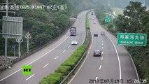 China: Auto se incendia mientras circula por la carretera