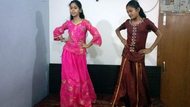 Shazia and Shireen dancing on the song Nagada Sang Dhol Baaje from the movie Goliyon Ki Raasleela Ram-leela
