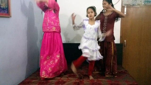 A cute dance with full of fun by Shazia, Zareen and Shireen dancing on the song Nagade Sang Dhol Baaje from the movie Goliyon Ki Raasleela Ram-leela