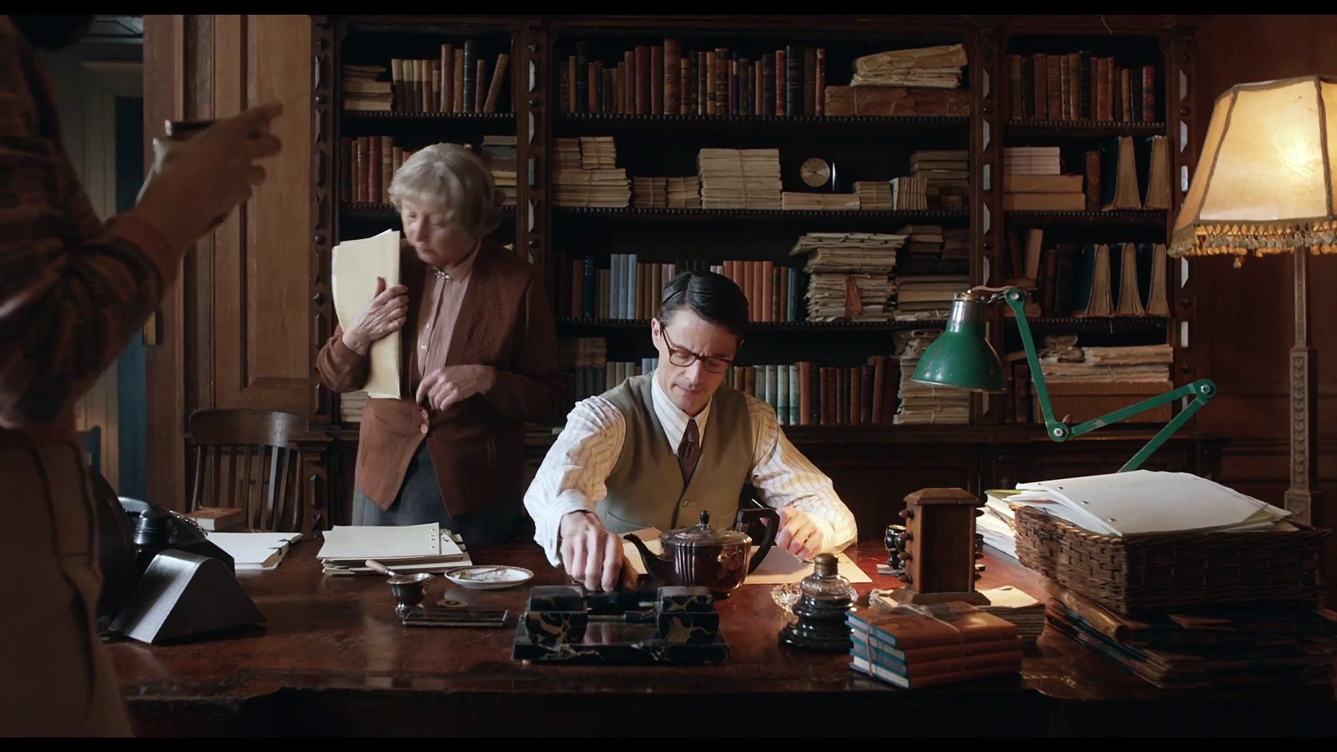 THE GUERNSEY LITERARY & POTATO PEEL PIE SOCIETY - Lily James and Matthew Goode