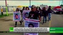 Familiares de los 43 alumnos desaparecidos protestan contra la reforma educativa en México