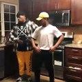 Deux mecs qui dansent très bien sur la musique de la console Wii !