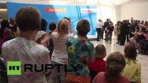 Manifestantes interrumpen a Merkel en solidaridad con Grecia
