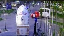 Kırmızı ışıkta geçen bisikletliye kamyonet çarptı, o anlar güvenlik kamerasına yansıdı