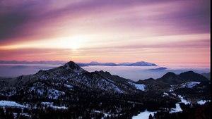Timelapse  d'un coucher de soleil sur la montagne