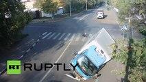 Impresionante accidente entre un ciclista, un camión y un auto termina sin víctimas mortales