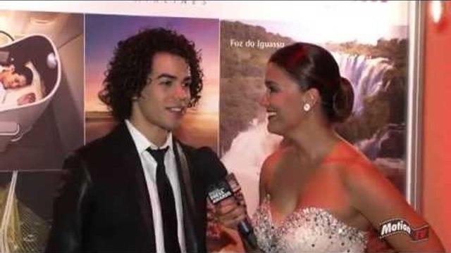 """Sam Alves canta """"a capela"""" em entrevista nos EUA - Press Awards USA 2014"""