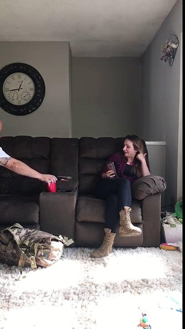 Cães de mulher soldado têm reação incrível quando ela retorna a casa depois de 6 meses