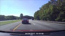 Ce camion perd une roue en pleine autoroute et tout le monde pile