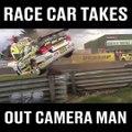 Une voiture de course vient faucher une tour de photographe en bord de piste