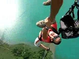 Base jump à 3 d'un parapente biplace