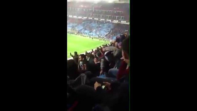 Trabzonsporlu taraftar, galibiyet sevincini amuda kalkarak kutladı!