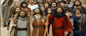 Os dez mandamentos (Capítulo Completo do dia 16/04/18) Moisés e alguns Hebreus vão buscar água aonde Deus indicou e fere a rocha , os amalequitas aparecem e invadem o acampamento roubam alguns utensílios de ouro