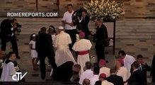 """Francisco reza ante reliquias del """"esclavo de los esclavos"""" San Pedro Claver"""