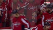 NHL : Brett Connolly tente d'offrir un palet à une petite fille, mais elle se le fait voler à chaque fois (vidéo)