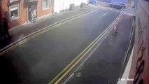 Un braqueur sort d'un magasin et perd tout l'argent dans la rue
