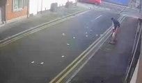 Un braqueur sort d'un magasin et perd tout l'argent dans la rue (Angleterre)