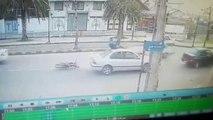 Ce motard fini sa course sur le toit d'une voiture... Chanceux