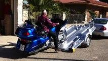Como se carga y descarga una moto grande tipo Honda goldwing, Harley Davidson, sobre un remolque Thalman Quality Aluminium Trailers