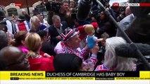 Le public présent devant la maternité où a accouché Kate Middleton célèbre la naissance du bébé royal - Regardez