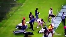 Des supporters de foot deviennent fou et entrent sur le terrain pour tout casser