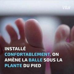 Un massage des pieds relax avec une balle de tennis