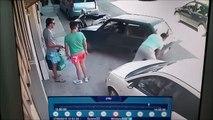 Regardez comment il sort sa voiture de sa place de parking... Costaud