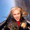 Cette fille doit manger un Donut pendant un vol en avion de voltige