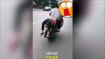 Il force sa fille à aller à l'école en l'attachant à l'arrière de sa moto