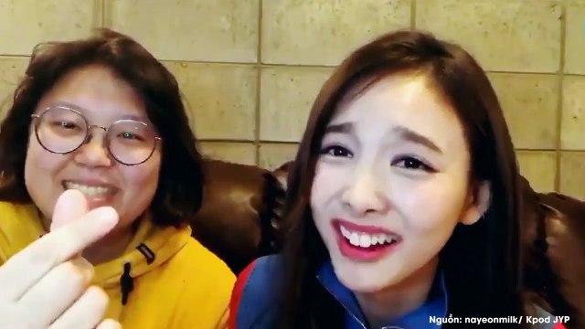 Quản lý của TWICE đẩy xe lăn giúp fan gặp thần tượng khiến fan Kpop xúc động khen ngợi không ngớt