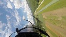 Ce pilote d'avion vole en rase-motte, très pret du sol! Dangereux