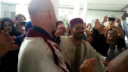 L'ambassadeur de France en Tunisie danse en jebba.